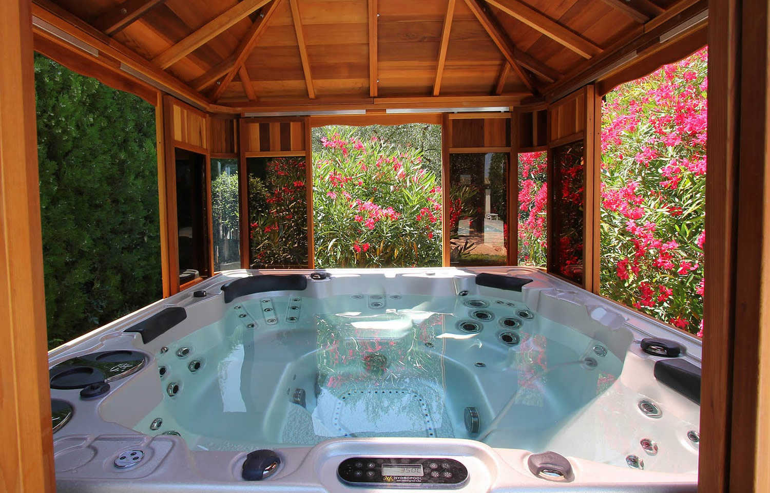 Pool spas hartlepool no 1 hot tubs swim spas supplier for Spa exterieur couvert